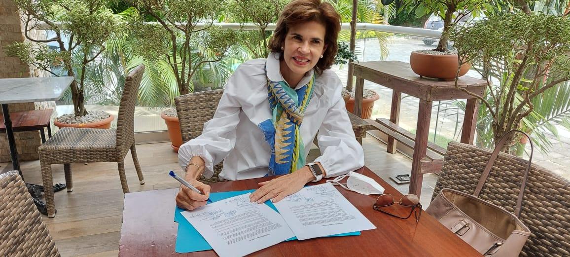 Cristiana Chamorro firmó compromiso.